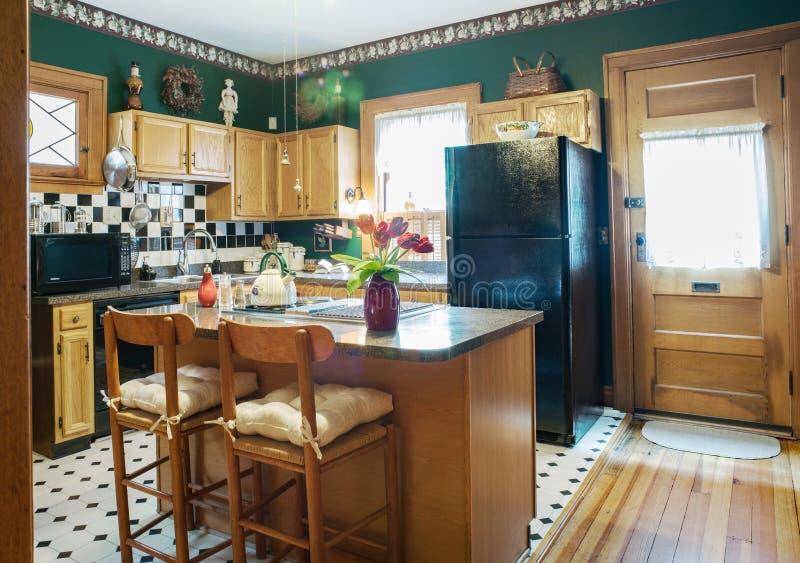 Schwarzes u. weißes Thema in der grünen viktorianischen Küche stockfotos