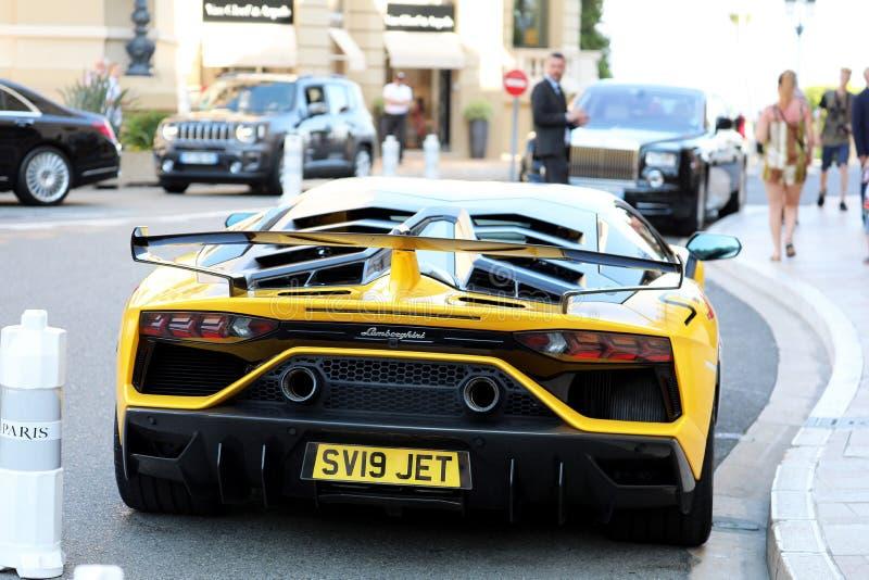 Schwarzes und gelbes Lamborghini SVJ - hintere Ansicht stockfotos