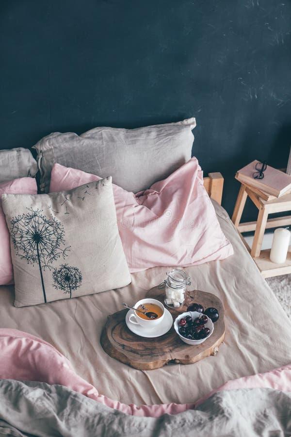 Schwarzes und rosa Schlafzimmer in der Dachbodenart stockfoto