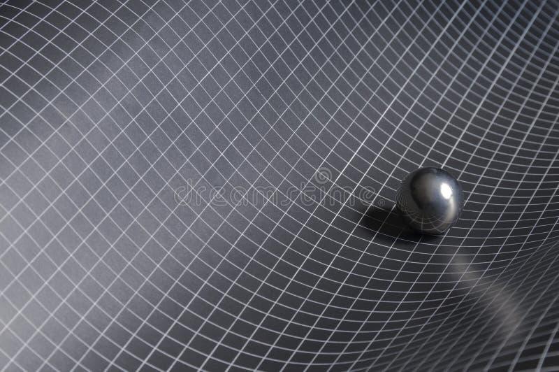 Schwarzes, weißer checkered Hintergrund mit Stahlkugel lizenzfreie stockfotos