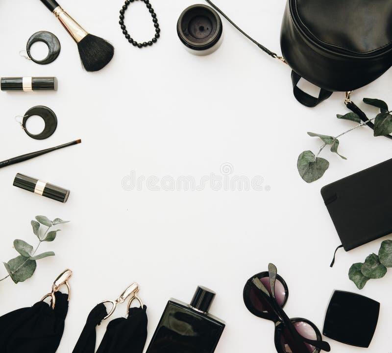 Schwarzes Zubehör der Frau gruppiert um leeren Raum für Text lizenzfreie stockfotografie