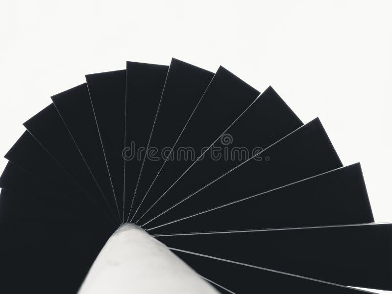 Schwarzfarbearchitekturdetails treppenhaus der gewundenen Treppe Stahl stockfotos
