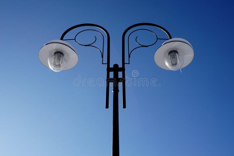 Schwarzpostlampe ist während der Tageszeit ausgeschaltet stockbild