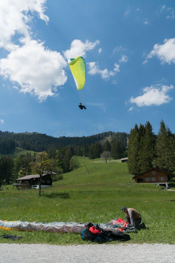 Schwarzsee,FR/瑞士- 2019年6月1日:辅导员和学生在滑翔伞的培训班期间在 免版税库存图片