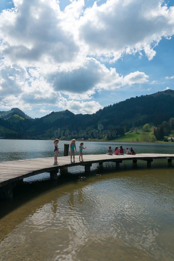 Schwarzsee, Fr/Zwitserland - 1 Juni 2019: de toeristenmensen genieten van een bezoek aan Meer Schwarzsee in Fribourg als familiev stock foto's