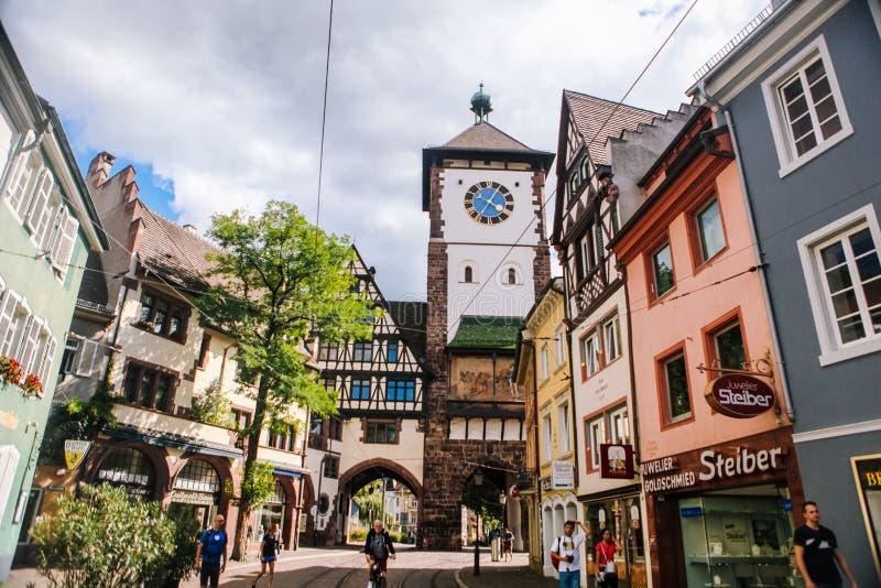 Schwarzwald Freiburg im Breisgau August 2017 Anblick in der alten Stadt Freiburg im Breisgau des Studenten Deutschland im Schwarz stockbilder