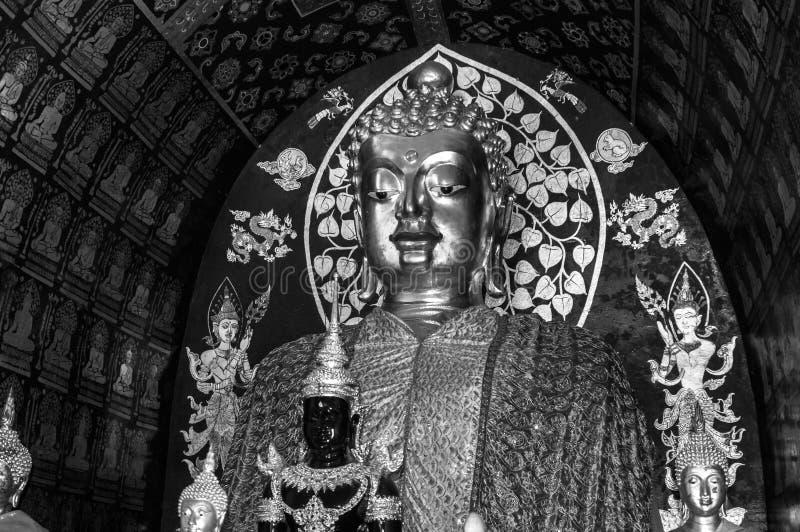 Schwarzweißfotografie: Buddha-schönes eingeschlossen im alten buddhistischen Tempel lizenzfreies stockfoto