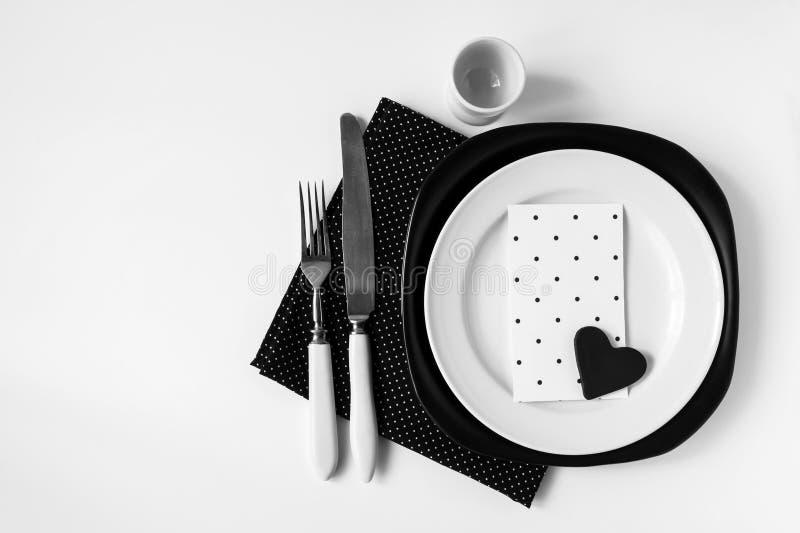 Schwarzweiss-Abendesseneinstellung in der nordischen Art lizenzfreie stockfotos