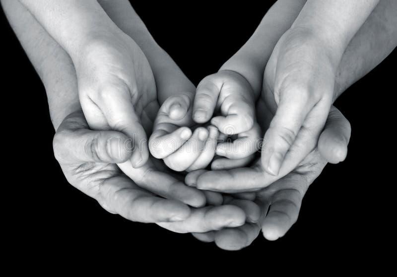 Schwarzweiss-Abschluss herauf Bild der Unterstützungshände einer Familie lizenzfreie stockbilder