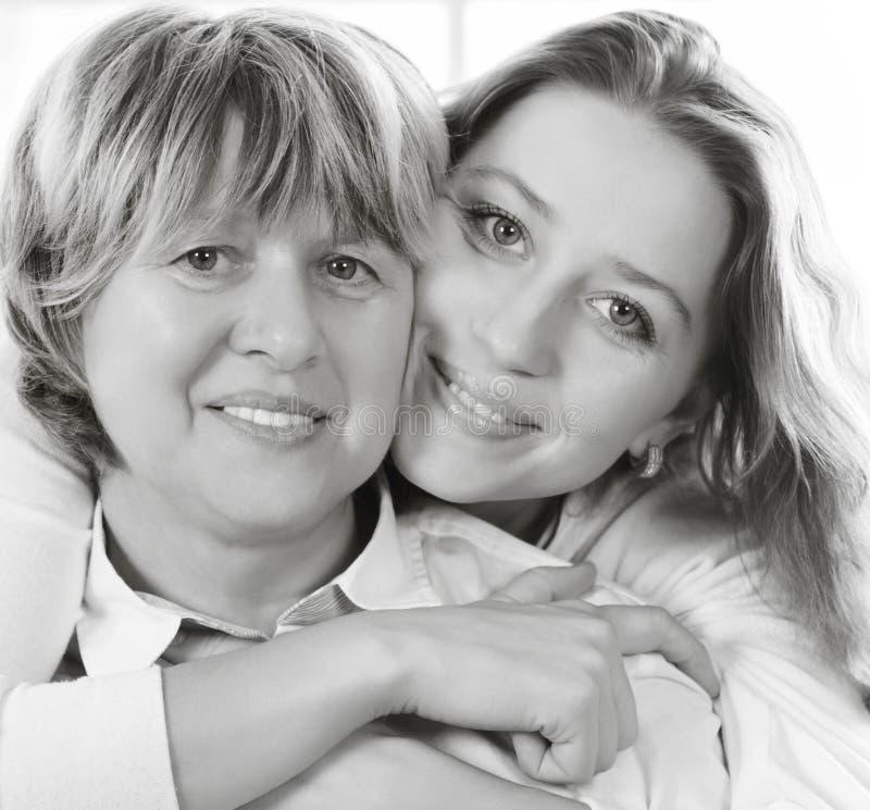 Schwarzweiss-Abschluss herauf Porträt einer reifen Mutter und des Erwachsenen d lizenzfreie stockfotografie