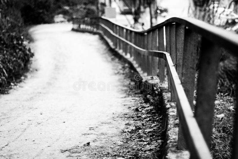 Schwarzweiss-Ansicht des hügeligen Straßenrands lizenzfreies stockbild