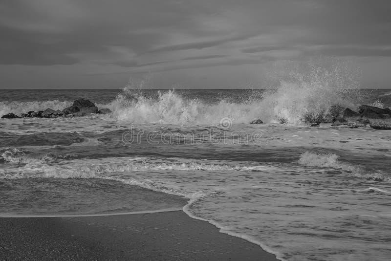 Schwarzweiss-Ansicht von adriatischem Meer während des Winters stürmisch stockbilder