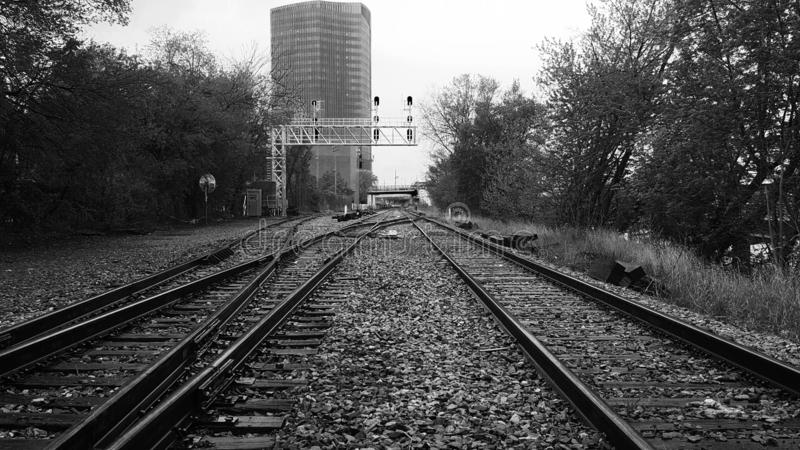 Schwarzweiss-Bahngleise lizenzfreies stockfoto