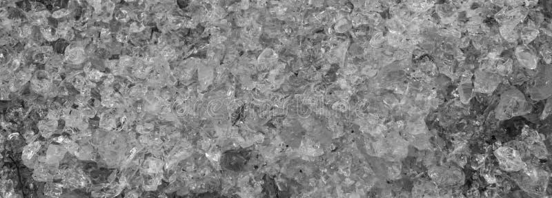 Schwarzweiss-Beschaffenheitsmuster von den zerbrochenen Glaskristallen auch groß als Hintergrund stockfotografie
