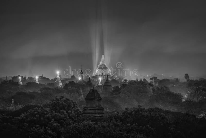 Schwarzweiss-Bild der alten Pagode nachts in Bagan, Myanmar lizenzfreies stockfoto