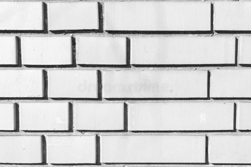 Schwarzweiss-Bild der Backsteinmauer gemacht von den verschiedenen Größen der Ziegelsteine stockbilder