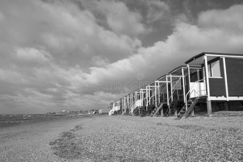 Schwarzweiss-Bild der Strandh?tten bei Thorpe Bay, Essex, England lizenzfreies stockfoto