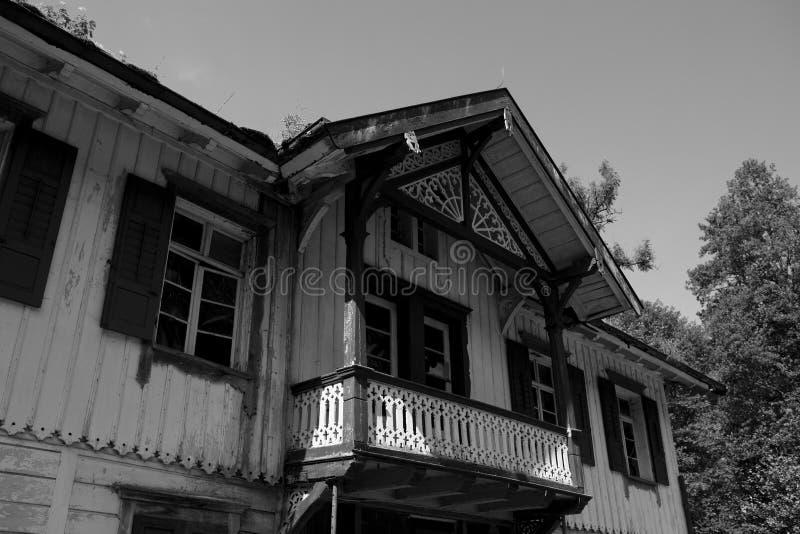 Schwarzweiss-Bild des alten deutschen Hauses im ravennaschlucht stockfotos