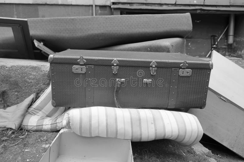 Schwarzweiss-Bild des alten Koffers und der Matratze lizenzfreie stockfotografie