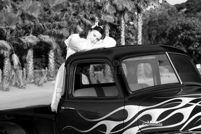 Schwarzweiss-Bild des jugendlich Mädchens im Kleintransporter lizenzfreie stockfotos