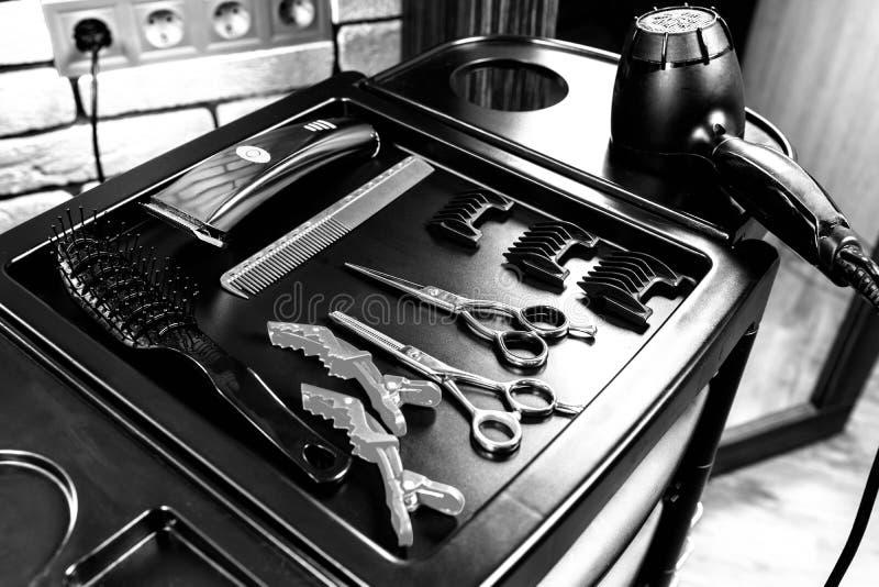Schwarzweiss-Bild des Satzes Berufsfriseurwerkzeuge stockfotografie
