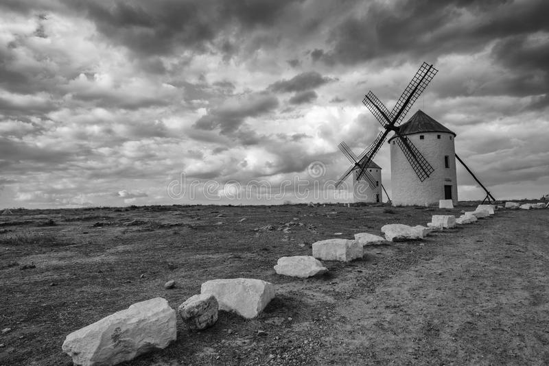 Schwarzweiss-Bild von Don Quixote-Windmühlen stockbilder