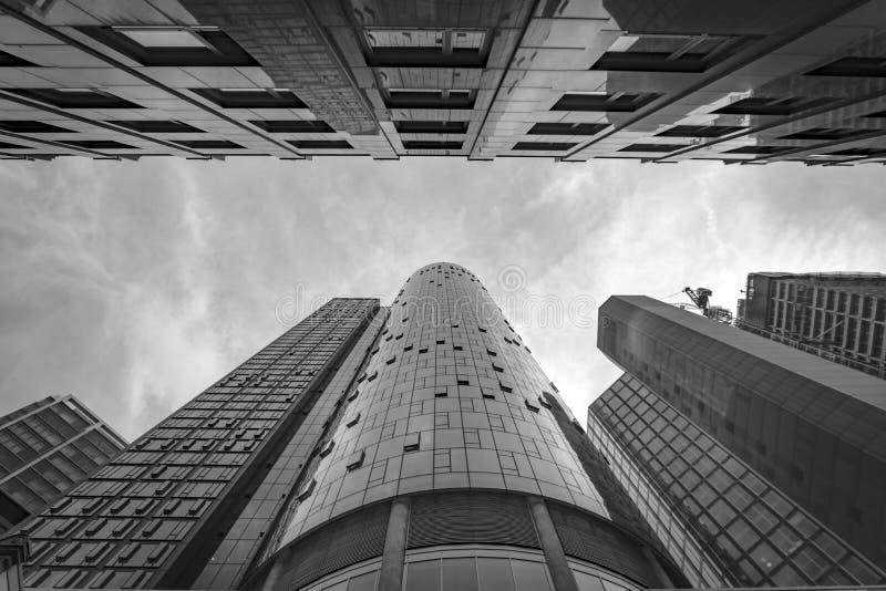 Schwarzweiss-Bild von Spitzen von Wolkenkratzern mit Hauptaussichtsturm in der Mitte, Frankfurt-Stadt, Deutschland stockfoto