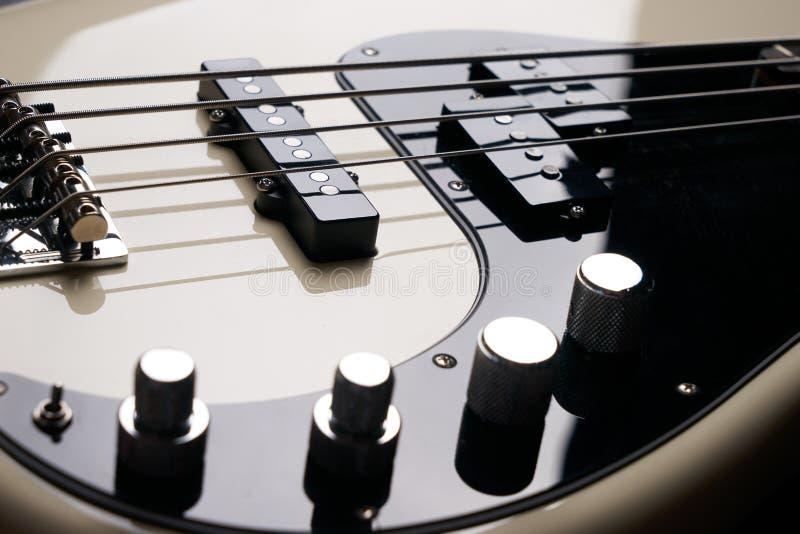 Schwarzweiss-E-Bass-Gitarrenabschluß oben lizenzfreie stockfotos