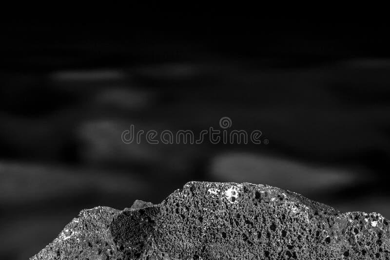 Schwarzweiss, einfarbig, abstrakt, Hintergrund, Zusammensetzung von den Steinen versenkt in Wasser mit sichtbarer Beschaffenheit  stockbild