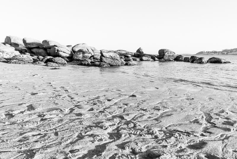 Schwarzweiss-Felsen am Ende von Coroso lizenzfreie stockfotografie