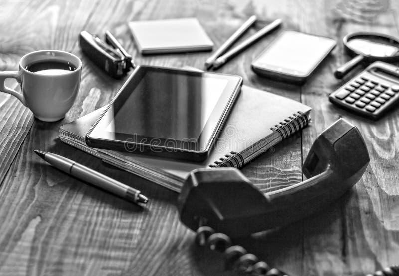 Schwarzweiss-Foto, Büro, Arbeitsplatz, Konzept, Arbeit im O stockbild