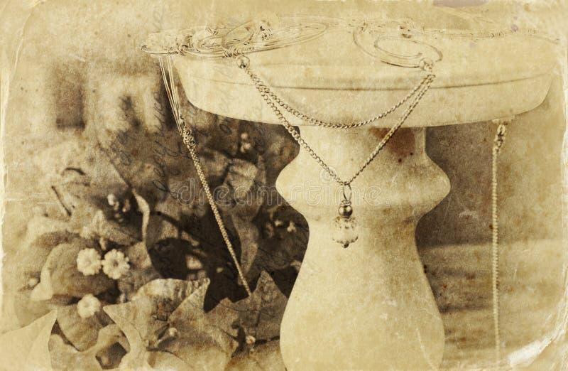 Schwarzweiss-Foto der antiken Weinlesehalskette auf Holztisch lizenzfreie stockfotografie