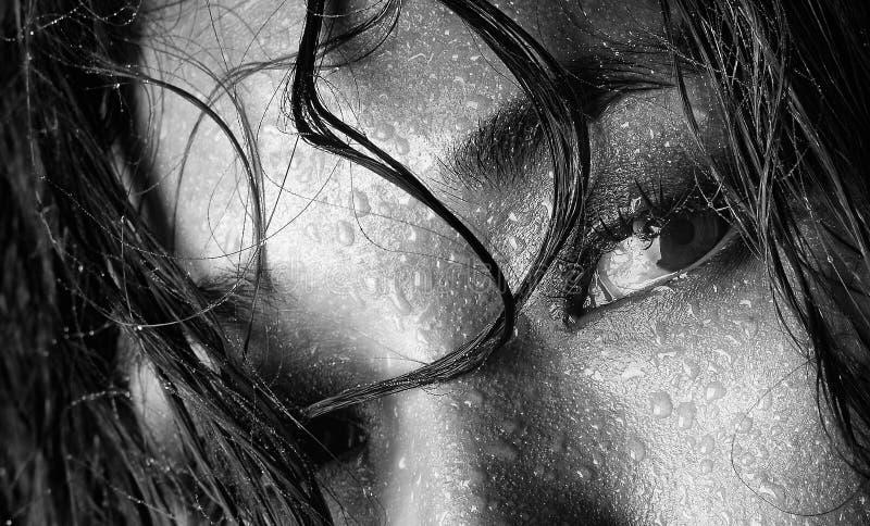 Schwarzweiss-Foto des asiatischen Modells mit dem nassen Haar und der Wassertropfen auf Gesicht lizenzfreies stockfoto