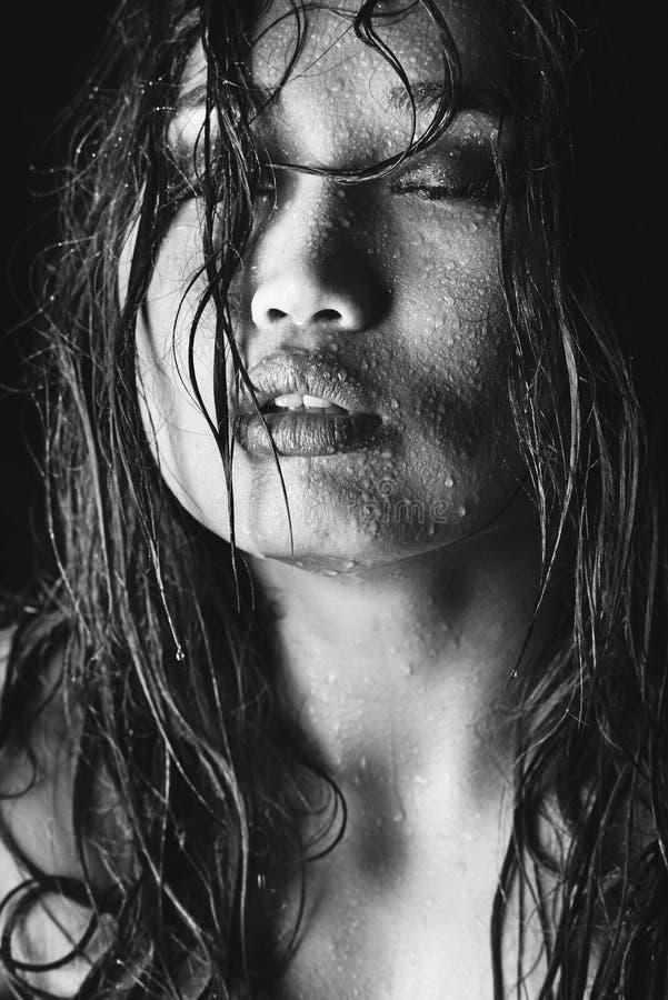 Schwarzweiss-Foto des asiatischen Modells mit dem nassen Haar und der Wassertropfen auf Gesicht lizenzfreie stockfotos