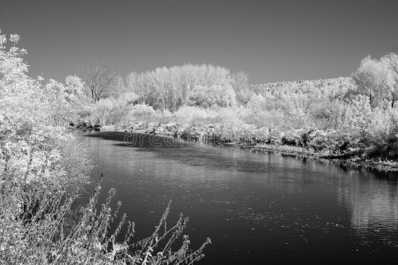 Schwarzweiss-Foto des Miass-Flusses unter der Stadt von Tscheljabinsk stockfotos