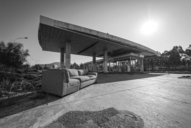 Schwarzweiss-Foto einer verlassenen Tankstelle stockfotos