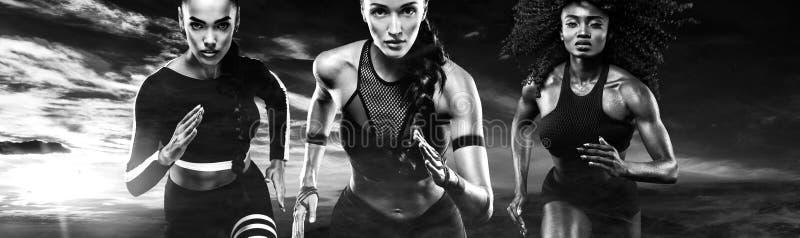 Schwarzweiss-Foto Pekings, China Ein starker athletischer, Frauensprinter, ein laufendes Tragen im Freien in der Sportkleidung, e lizenzfreies stockbild