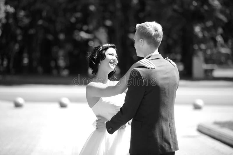 Schwarzweiss-Foto Pekings, China Porträt des glücklichen Paars im Hochzeitstag lizenzfreies stockbild