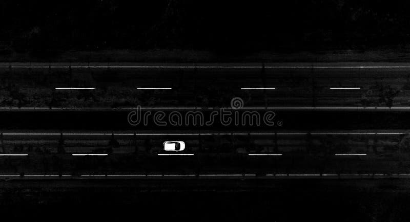 Schwarzweiss-Foto von Autos stockbilder
