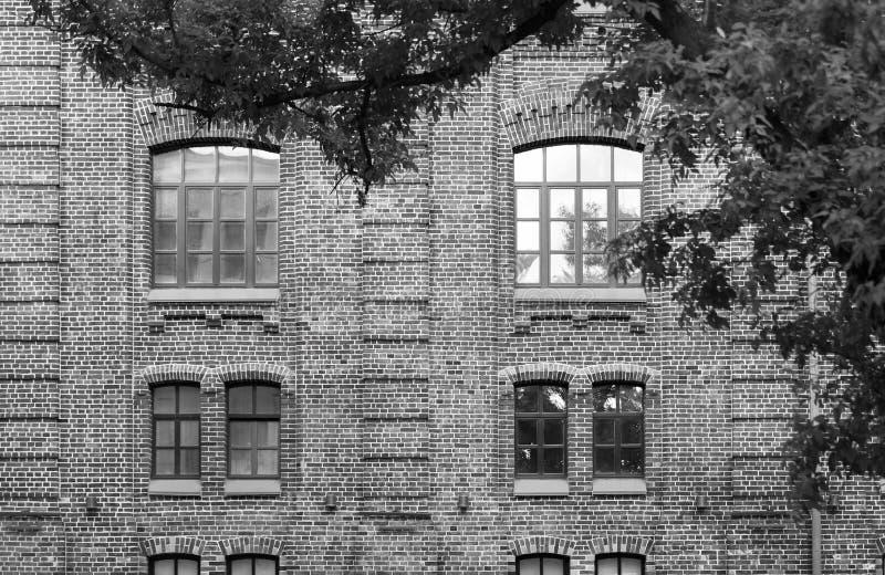 Schwarzweiss-Fotografie der Fassade eines Backsteinbaus stockbild