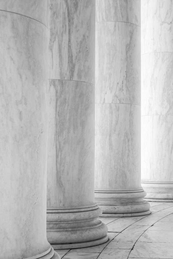 Schwarzweiss-Fotografie von Spalten in Jefferson Memorial lizenzfreies stockbild