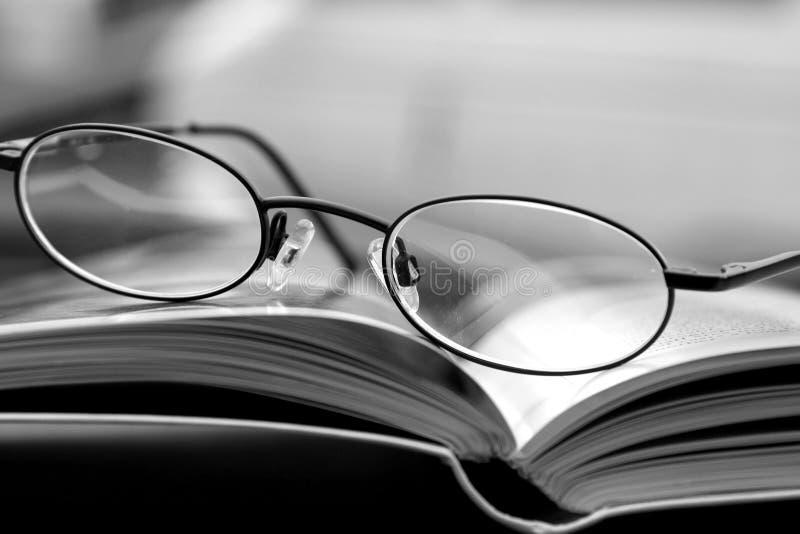 Schwarzweiss - Gläser und die Zeitschrift lizenzfreie stockfotos