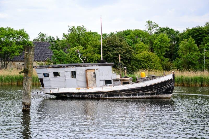 Schwarzweiss-Hausbootsanker auf dem Kanal lizenzfreie stockfotos