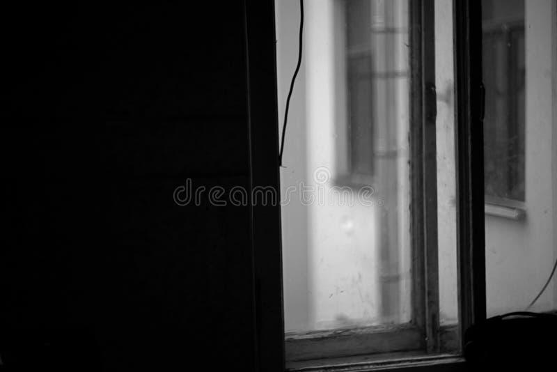 Schwarzweiss-Hintergrund mit Fenster stockfotografie
