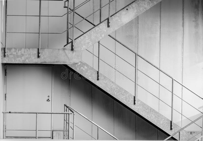 Schwarzweiss-im Freien das konkrete Treppenhaus stockfoto