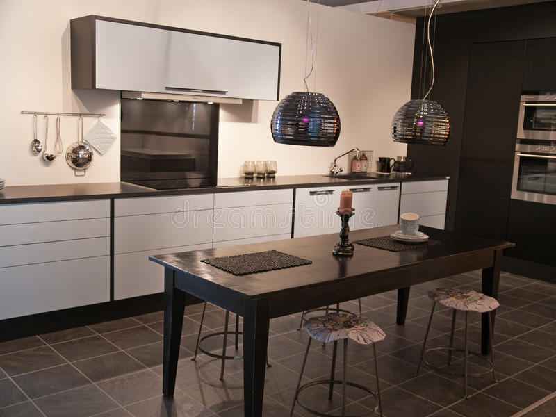 Schwarzweiss-Küche der modernen modischen Auslegung lizenzfreie stockbilder
