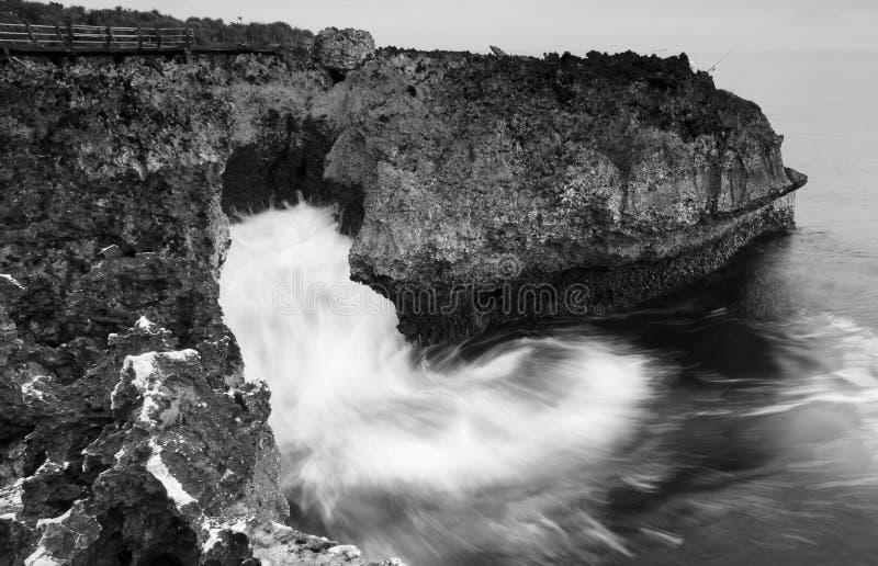 Schwarzweiss-Küstenlandschaft am Wasser-Schlag, Bali stockbild