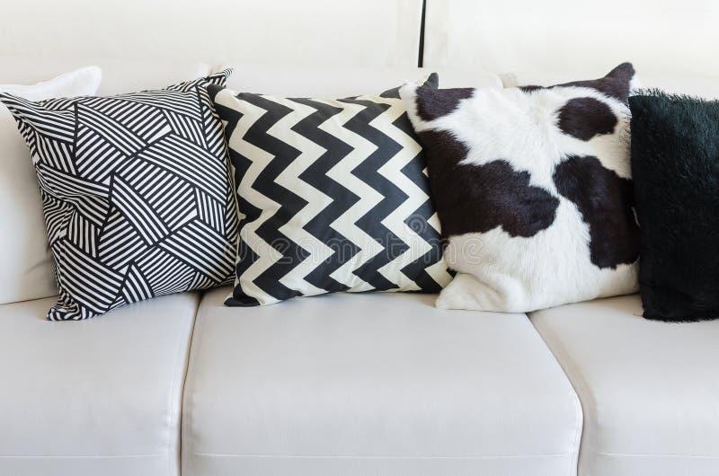 Schwarzweiss-Kissen auf weißem Sofa im Wohnzimmer zu Hause lizenzfreie stockfotografie