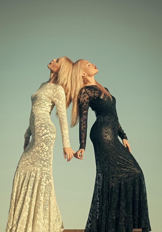Schwarzweiss-Kleid Mode und Schönheit lizenzfreie stockfotos