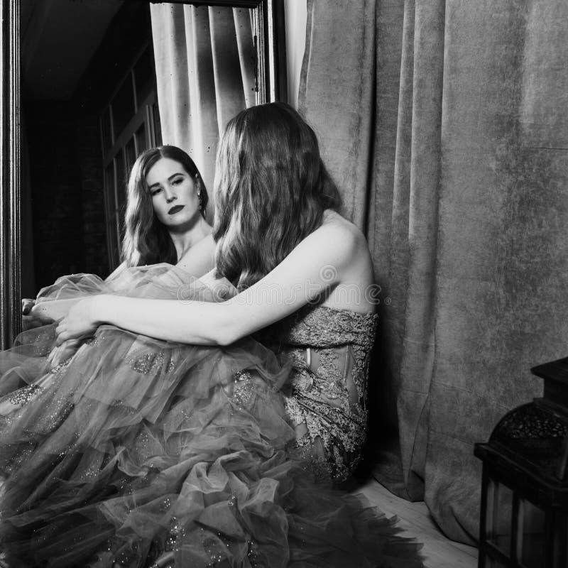Schwarzweiss-Kunstporträt der nachdenklichen Schönheit stockfotografie